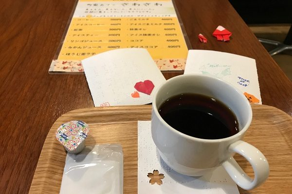 町屋カフェ・さわさわのメニューとノベルティとコーヒー