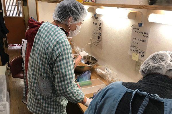 町屋カフェ・さわさわの胡麻の袋詰め作業