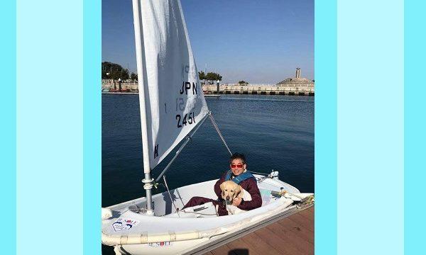 ヨットの上のいたじまさんとパートナーの盲導犬
