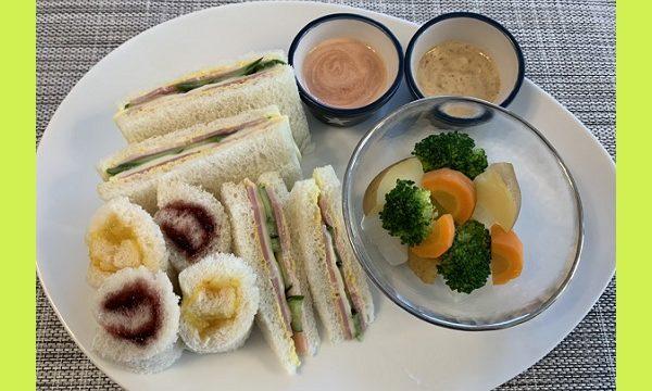 三角サンドイッチと長方形のサンドイッチとくるくるサンド、その横ににんじんやブロッコリーの温野菜