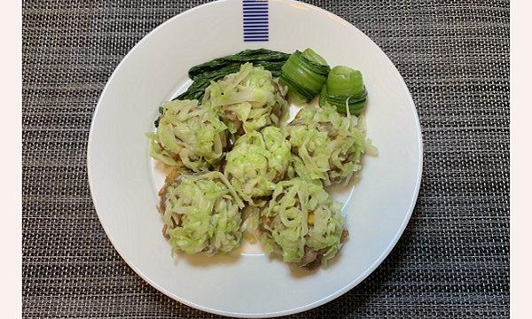白いお皿にレンチンキャベツシューマイが6個と付け合わせで濃い緑のチンゲン菜