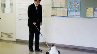 車輪付き杖型ガイドナビGuideCaneを押している開発者の今津先生