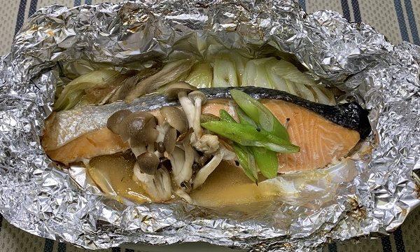 野菜ときのこがたっぷりかかった鮭の包み焼き